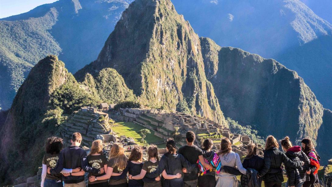 Voluntarios visitando Machu Picchu en Perú.